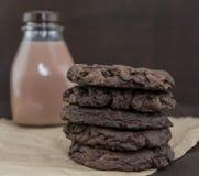 Διπλά μπισκότα σοκολάτας με το γάλα σοκολάτας Στοκ φωτογραφία με δικαίωμα ελεύθερης χρήσης