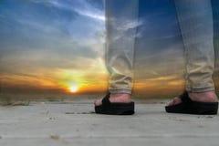 Διπλά πόδια ηλιοβασιλέματος και κοριτσιών έκθεσης Στοκ εικόνα με δικαίωμα ελεύθερης χρήσης