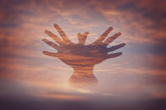 Διπλά χέρια έκθεσης με τον ουρανό Στοκ Φωτογραφίες