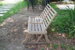 Διπλές υπαίθριες ξύλινες καρέκλες στον κήπο Στοκ Εικόνες