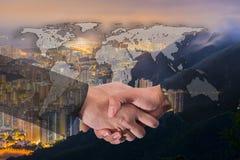 Διπλή έκθεση μιας χειραψίας επιχειρηματιών στον κόσμο σφαιρικό Carto Στοκ Εικόνες