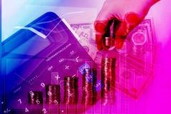Διπλή έκθεση τεθειμένων των χέρι νομισμάτων χρημάτων στους σωρούς των νομισμάτων arrang Στοκ Εικόνα