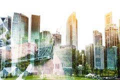 Διπλή έκθεση της επιχειρηματία επιτυχίας που χρησιμοποιεί το lap-top με την πόλη Στοκ Εικόνες