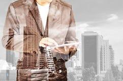Διπλή έκθεση της πόλης και του επιχειρηματία με το smartphone ή της Mobil Στοκ φωτογραφία με δικαίωμα ελεύθερης χρήσης