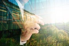 Διπλή έκθεση του γραψίματος επιχειρηματιών, διακοσμημένη γυαλί οικοδόμηση Στοκ φωτογραφία με δικαίωμα ελεύθερης χρήσης