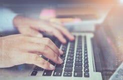 Διπλή έκθεση του λειτουργώντας lap-top χεριών επιχειρηματιών στο ξύλινο γραφείο στην αρχή στο φως πρωινού Στοκ εικόνα με δικαίωμα ελεύθερης χρήσης
