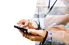 Διπλή έκθεση του επιχειρησιακού ατόμου που χρησιμοποιεί το κινητό τηλέφωνο με το σημειωματάριο Στοκ Εικόνες