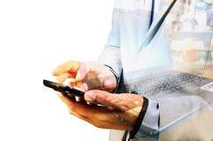 Διπλή έκθεση του επιχειρησιακού ατόμου που χρησιμοποιεί το κινητό τηλέφωνο με το σημειωματάριο Στοκ φωτογραφίες με δικαίωμα ελεύθερης χρήσης