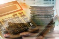 Διπλή έκθεση των νομισμάτων με τον τραπεζικό λογαριασμό υπολογιστών και βιβλίων Στοκ Εικόνες