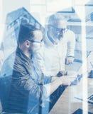 Διπλή έννοια έκθεσης Ομάδα των επιχειρηματιών που κάνουν τη μεγάλη συζήτηση εργασίας στο στούντιο Νέα γενειοφόρος παρουσίαση ατόμ στοκ φωτογραφία με δικαίωμα ελεύθερης χρήσης