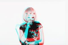 Διπλή ασιατική γυναίκα έκθεσης στην περούκα Όμορφα ιαπωνικά γκέισα στο σχέδιο ενδυμάτων ανθών sakura Στοκ Φωτογραφίες