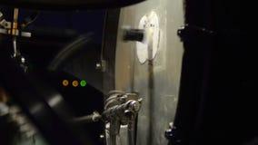 Διπλή βαθιά τυμπανοκρουσία Βαθύ πεντάλι τυμπάνων στη δράση απόθεμα βίντεο