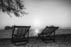 Διπλή καρέκλα παραλιών στην άμμο στο φίλτρο b&w Στοκ εικόνες με δικαίωμα ελεύθερης χρήσης