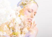 Διπλή φωτογραφία έκθεσης του προσώπου και των λουλουδιών της όμορφης γυναίκας Στοκ εικόνα με δικαίωμα ελεύθερης χρήσης