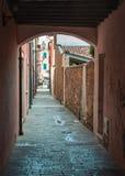 Διπλανός δρόμος σε Caorle, Ιταλία Στοκ Εικόνες