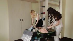 Διπλωμένα φίλη ενδύματα στη βαλίτσα απόθεμα βίντεο
