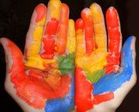 Διπλωμένα χέρια που χρωματίζονται στοκ εικόνα