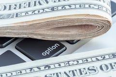 Διπλωμένος των τραπεζογραμματίων αμερικανικών δολαρίων στο σημάδι επιλογής, επιχείρηση Στοκ εικόνα με δικαίωμα ελεύθερης χρήσης
