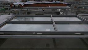 Διπλός-βερνικωμένα παράθυρα στην οδό απόθεμα βίντεο