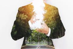Διπλός επιχειρηματίας έκθεσης με τον οδικό τρόπο με τη σειρά των δέντρων και του φωτεινού φωτός Στοκ Εικόνες