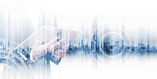 Διπλός επιχειρηματίας έκθεσης που εργάζεται στην ψηφιακή ταμπλέτα, έννοιες του δικτύου επιχειρησιακής τεχνολογίας στοκ φωτογραφία