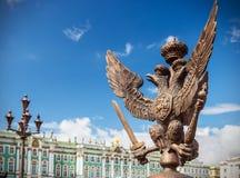 Διπλός-διευθυνμένος αετός στην αυτοκρατορική κορώνα στο φράκτη του Al στοκ φωτογραφίες