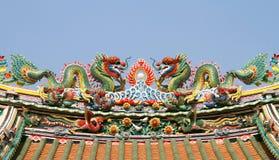 Διπλός κινεζικός δράκος στη στέγη ναών Στοκ Εικόνες