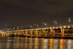 Διπλός-στολισμένη γέφυρα τη νύχτα Στοκ Εικόνες