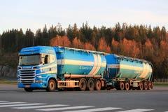 Διπλό βυτιοφόρο Scania στο φως βραδιού φθινοπώρου Στοκ εικόνα με δικαίωμα ελεύθερης χρήσης