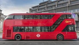 Διπλό λεωφορείο καταστρωμάτων του Λονδίνου χωρίς διαφήμιση Στοκ φωτογραφίες με δικαίωμα ελεύθερης χρήσης