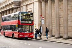 Διπλό λεωφορείο του Λονδίνου καταστρωμάτων στη στάση λεωφορείου Στοκ Φωτογραφία