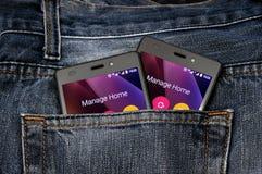 Διπλό κινητό τηλέφωνο, κινητό τηλέφωνο στο πίσω τζιν παντελόνι τσεπών Στοκ Εικόνες