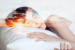 Διπλό κορίτσι ύπνου έκθεσης και ηλιοβασίλεμα, όνειρα στοκ φωτογραφία με δικαίωμα ελεύθερης χρήσης