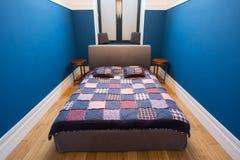Διπλό κρεβάτι με την επικάλυψη Στοκ φωτογραφία με δικαίωμα ελεύθερης χρήσης
