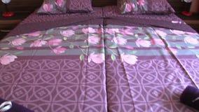 Διπλό κρεβάτι στο δωμάτιο ξενοδοχείου στο βουλγαρικό θέρετρο της ηλιόλουστης παραλίας απόθεμα βίντεο