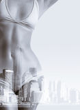 Διπλό πορτρέτο έκθεσης της γυναίκας στο μπικίνι και τον ορίζοντα πόλεων της Νέας Υόρκης Στοκ εικόνα με δικαίωμα ελεύθερης χρήσης