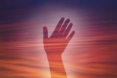 Διπλό χέρι έκθεσης με το υπόβαθρο ουρανού Στοκ εικόνες με δικαίωμα ελεύθερης χρήσης