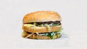Διπλό Burger με τα κεφτή στοκ εικόνες με δικαίωμα ελεύθερης χρήσης