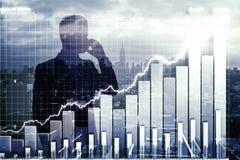 Διπλό explosure με το επιχειρησιακό διάγραμμα και επιχειρηματίας που μιλά επάνω Στοκ Εικόνα
