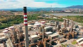 ( Διυλιστήριο πετρελαίου Βιομηχανική ζώνη Ο εξοπλισμός του καθαρισμού πετρελαίου Κινηματογράφηση σε πρώτο πλάνο των βιομηχανικών  απόθεμα βίντεο