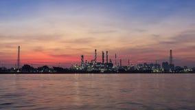 Διυλιστήριο πετρελαίου κατά μήκος του ποταμού στην ανατολή Στοκ εικόνες με δικαίωμα ελεύθερης χρήσης