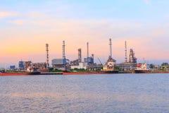Διυλιστήριο πετρελαίου στον ποταμό στο χρόνο ηλιοβασιλέματος Στοκ Εικόνα