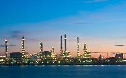 Διυλιστήριο πετρελαίου στο λυκόφως Στοκ Εικόνες