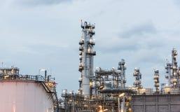 Διυλιστήριο πετρελαίου και βιομηχανία πετρελαίου στη νύχτα Στοκ φωτογραφίες με δικαίωμα ελεύθερης χρήσης