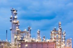 Διυλιστήριο πετρελαίου και βιομηχανία πετρελαίου στη νύχτα Στοκ Εικόνα