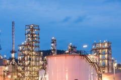 Διυλιστήριο πετρελαίου και βιομηχανία πετρελαίου στη νύχτα Στοκ Φωτογραφία