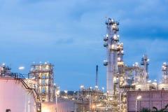 Διυλιστήριο πετρελαίου και βιομηχανία πετρελαίου στη νύχτα Στοκ φωτογραφία με δικαίωμα ελεύθερης χρήσης