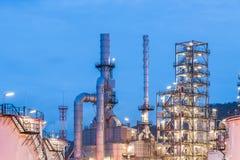 Διυλιστήριο πετρελαίου και βιομηχανία πετρελαίου στη νύχτα Στοκ Εικόνες