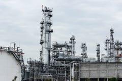 Διυλιστήριο πετρελαίου και βιομηχανία πετρελαίου στο χρόνο ημέρας Στοκ Εικόνες