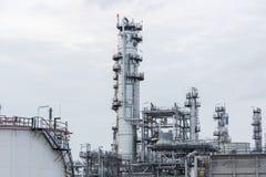 Διυλιστήριο πετρελαίου και βιομηχανία πετρελαίου στο χρόνο ημέρας Στοκ Εικόνα